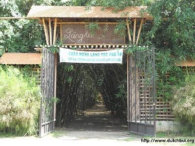Cổng vào làng tre – Ảnh: nguồn dulichbui.org