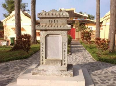Bia số 1 trước Đại Thành điện – Ảnh: Dương Thu (baoanhdatmui.vn)