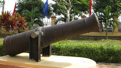Súng thần công tại Tụy Văn Lâu – Ảnh: Nam Tuan (panoramio.com)