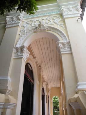 Hành lang với trần ốp gỗ cùng lối trang trí độc đáo -- Ảnh: Mai Kim Thành