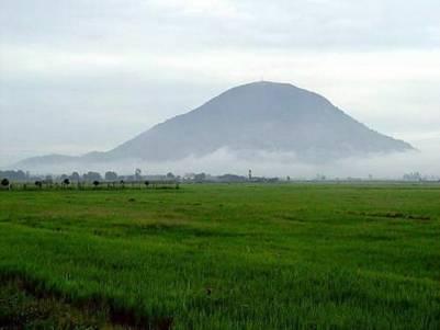 Núi Bà quanh năm mây phủ – Ảnh: nguồn vietngu.caodai.net