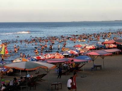 Bãi biển Cửa Lò luôn hấp dẫn du khách – Ảnh: nguồn báo Nghệ An