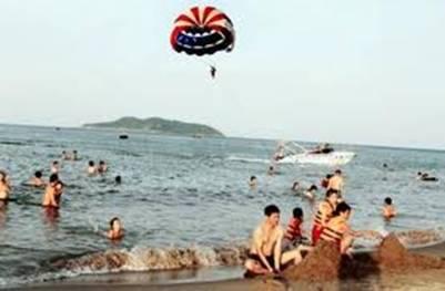 Dù kéo trên biển Cửa Lò – Ảnh: nguồn baolaodongthudo.com.vn