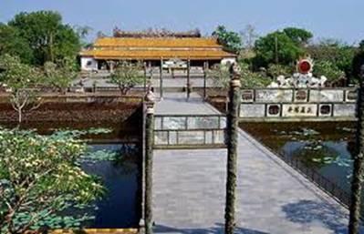 Cầu Trung đạo dẫn vào điện Thái Hòa – Ảnh: nguồn vietnamculture.com.vn