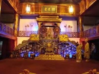Sân khấu Duyệt Thị đường vẫn sáng đèn – Ảnh: nguồn hue.blogsite.org