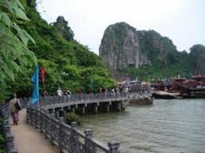 Đường từ hang Đầu Gỗ ra bến tàu – Ảnh: nguồn rongbay.com