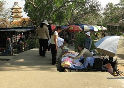 Cảnh mua bán tại Thích Ca Phật Đài – Ảnh: Sơn Thoại (giacngo.vn)