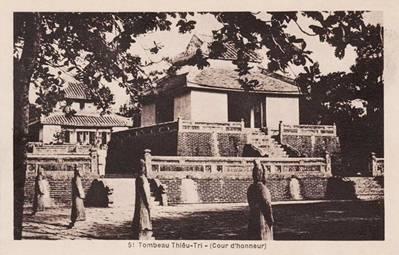 Bi đình và lầu Đức Hinh – Ảnh Tư liệu (nguồn hue.blogsite.org)