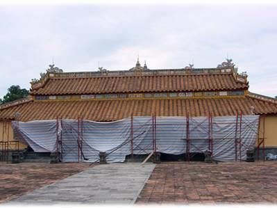 Điện Biểu Đức đang trùng tu – Ảnh: Bùi Ngọc Long (thanhnien.com.vn – 30.8.2011)