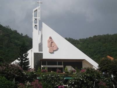 Nhà thờ mái vòm – Ảnh: Hoàng Bách (Thuyngakhanhhoa.wordpress.com – 3.8.2009)