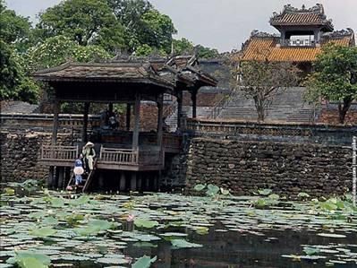 Hồ Lưu Khiêm và Khiêm Môn – Ảnh: nguồn dulich-hue.net