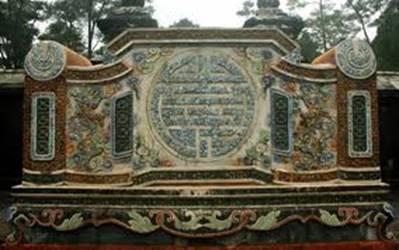 Bình phong trước mộ vua Tự Đức sau khi được tu bổ – Ảnh: nguồn trt.com.vn