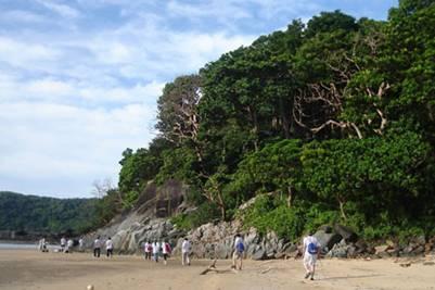 Trekking trên đảo – Ảnh: Tạ Việt Thắng (VnExpress.net – 7.5.2010)