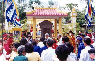 Bia mộ vua Duy Tân – Ảnh: Mai Kim Thành