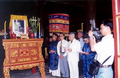 Lễ giỗ vua Duy Tân trong điện Long Ân – Ảnh: Mai Kim Thành
