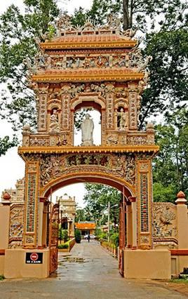 Cổng chùa Vĩnh Tràng – Ảnh: nguồn thusinhnguyen.forum-viet.net
