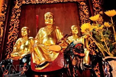 Những bức tượng La Hán sống động được làm bằng gỗ quý sơn son thếp vàng – Ảnh: Nguyễn Luân (vietnam.vnanet.vn – 27.9.2011)