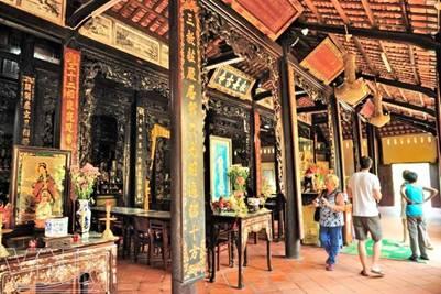 Du khách nước ngoài tham quan chùa Vĩnh Tràng – Ảnh: Nguyễn Luân (vietnam.vnanet.vn – 27.9.2011)