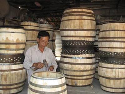Nghệ nhân Út Lương đang hoàn thiện dăm trống – Ảnh: Huỳnh Nga (nld.com.vn – 16.1.2010)
