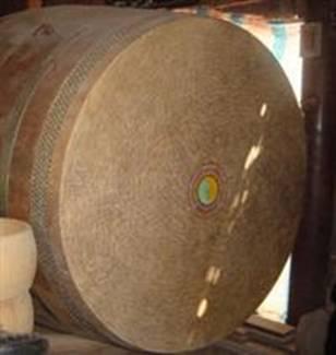Chiếc trống chầu có đường kính mặt trống 1,47m tại nhà ông Năm Mến – Ảnh: Thùy Trang (nguồn: baovanhoa.vn)