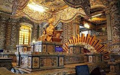 Bửu tán, tượng Nhà vua và bên dưới là phần mộ – Ảnh: nguồn huexuavanay.com