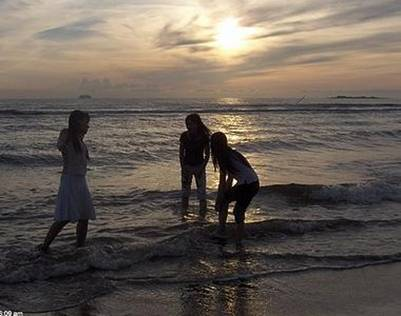 Hoàng hôn trên biển Thiên Cầm – Ảnh: nguồn baodatviet.vn