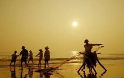 Kéo lưới trên biển Thiên Cầm – Ảnh: nguồn hungthanhtravel.com