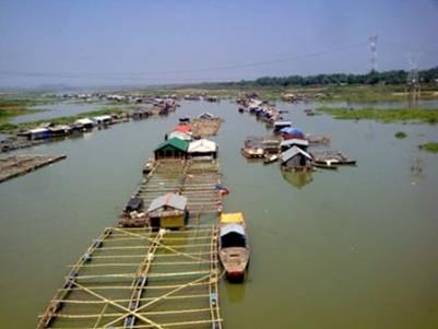 Làng bè La Ngà là cảnh quan đẹp nhưng bên trong là những người dân nghèo – Ảnh: Nguyễn Ðạt (chuanoitadap.net)