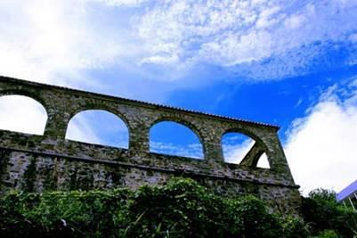 Nhà thờ đá, công trình cổ còn lại khá nguyên vẹn – Ảnh: Ngô Minh Châu (VnExpress.net – 19.9.2009)
