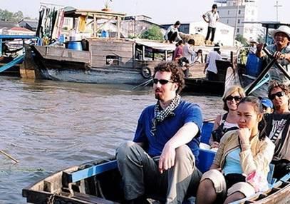 Du khách tham quan chợ nổi – Ảnh: nguồn vanhoaviet.biz.vn