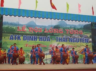 Màn trống khai hội do các em học sinh biểu diễn