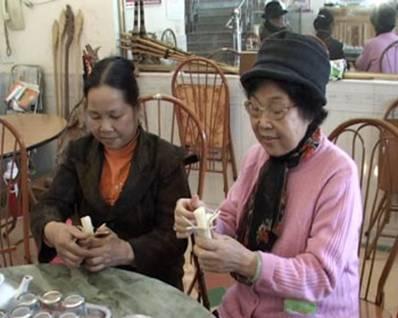 Du khách thưởng thức món cơm lam đặc sản