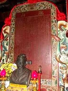 Bia Thoại Sơn và tượng Thoại Ngọc Hầu trong đền Thoại Sơn