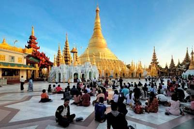 Mỗi chiều, hàng ngàn Phật tử đến cầu nguyện