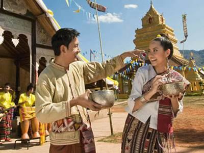 Tục té nước cổ truyền của người Thái
