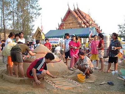 Đắp núi cát trong sân chùa