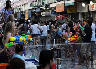 Lễ hội té nước hấp dẫn khách du lịch