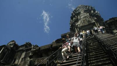 Du khách khám phá Angkor Wat