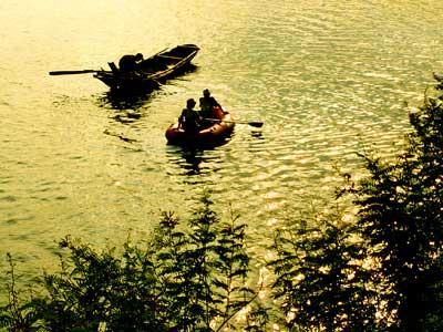 Mặt hồ lung linh gợn sóng lăn tăn
