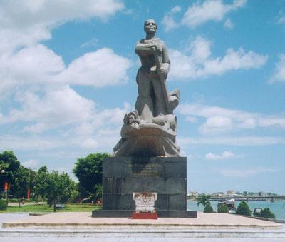 Tượng đài Mẹ Suốt bên bờ Nhật Lệ