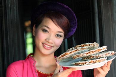 Người đẹp Hà Tĩnh giới thiệu kẹo Cu Đơ