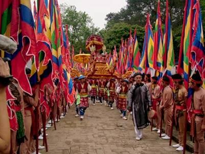 Rước kiệu trong lễ giỗ Hùng Vương