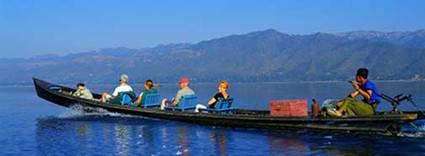 Du khách tham quan hồ Inle