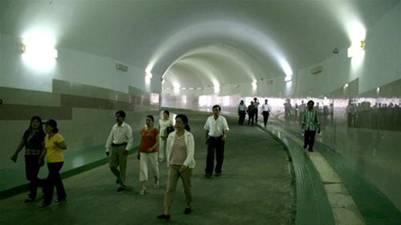Du khách trong lòng hầm thủy điện
