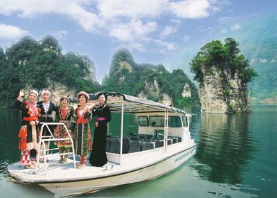 Du lịch trên hồ thủy điện