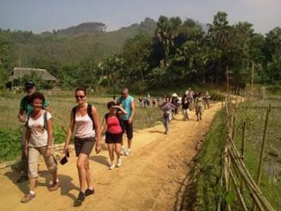 Du khách ở làng Ngòi Tu