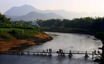 Cầu bắc qua dòng Nậm Khan