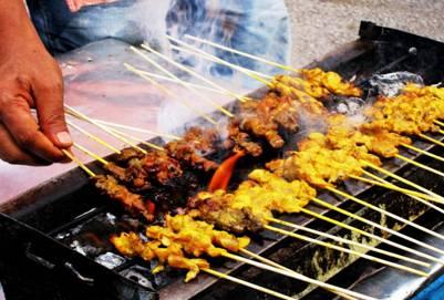 Satay được nướng ở vỉa hè