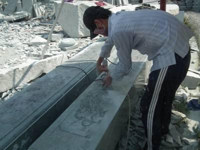 Người thợ đang chế tác đôi cột