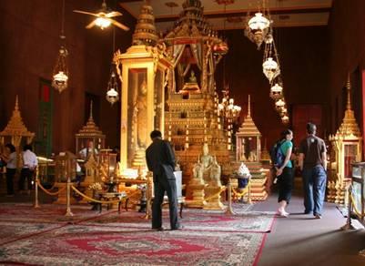 Nội điện chùa Phật ngọc lục bảo